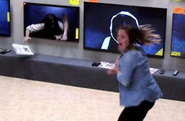 ¡Córrele! Broma de la niña de 'El Aro' causa terror en tienda departamental (VIDEO)